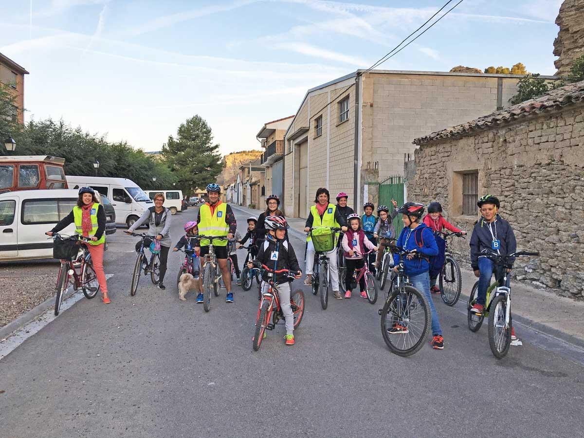 Arguedas, 7 de Octubre de 2016: El Colegio de Arguedas ha comenzado con la nueva iniciativa Biciviernes-Andaviernes, que tiene como propósito fomentar el uso de la bicicleta, el patinete o el desplazamiento a pie para el traslado hasta el centro escolar. Es saludable, no contamina y es barato. El 87,5% de el alumnado de infantil y primaria ha venido hoy al cole sin coche. Es una iniciativa del Gobierno de Navarra, cuyos objetivos están relacionados con la seguridad vial y la movilidad sostenible. A ver si se mantiene!!!